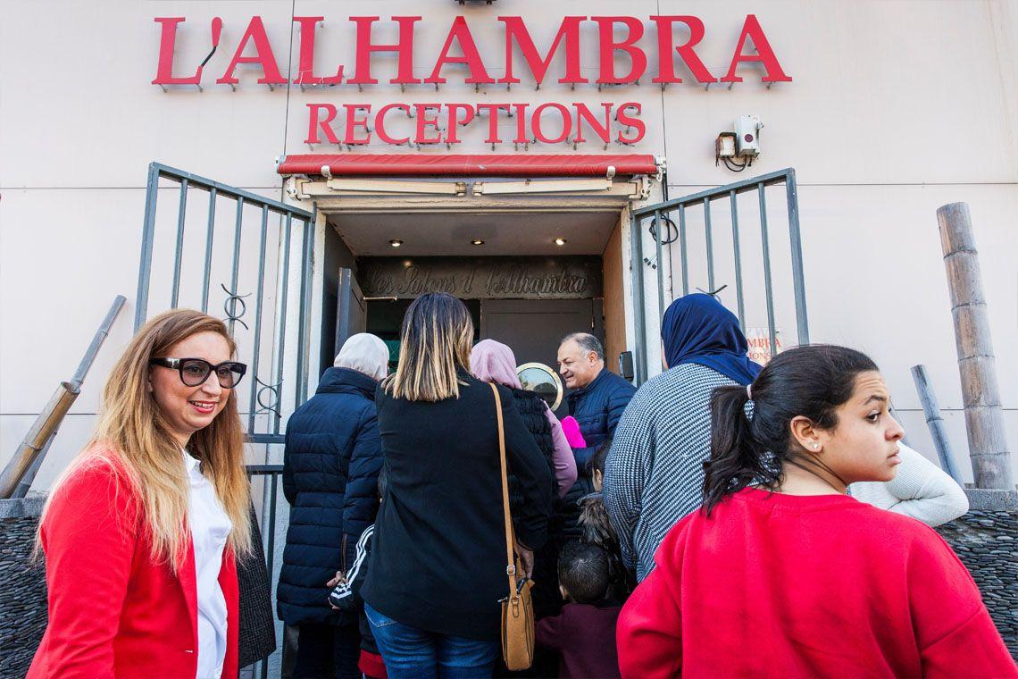 Les participants arrivent nombreux au salon de l'Alhambra, à Marseille, pour la « dictée marseillaise », organisée par l'association MADE (Marseille en Action pour le Développement et l'Echange). Schéhérazade Nakab, Présidente de l'association MADE, présente les activités de son association et le déroulement de l'après-midi. Début des festivités. Tout le monde se concentre pour la dictée des adultes. Deux participantes confiantes, qui gardent le sourire. C'est ensuite au tour des enfants de se prêter à l'exercice. Comme le texte des adultes, celui choisi pour les enfants est issu des chansons du marseillais Soprano. Xavier, éducateur spécialisé et membre actif de MADE, anime un moment de danse sportive pour détendre les enfants.  Un quizz sur la ville de Marseille, intitulé « Marseille en questions sous toutes ses couleurs », est animé par la présidente de l'association avant la remise des lots. Après l'effort, le réconfort ! Schéhérazade Nakab récompense la gagnante de la dictée des enfants. Pas de perdant, tout le monde repart avec un cadeau.  Après cette journée bien remplie, Shéhérazade Nakab, présidente de l'association, pose aux côtés de Shéhérazade Ben Messaoud, qui a créé l'association MADE en 1998.