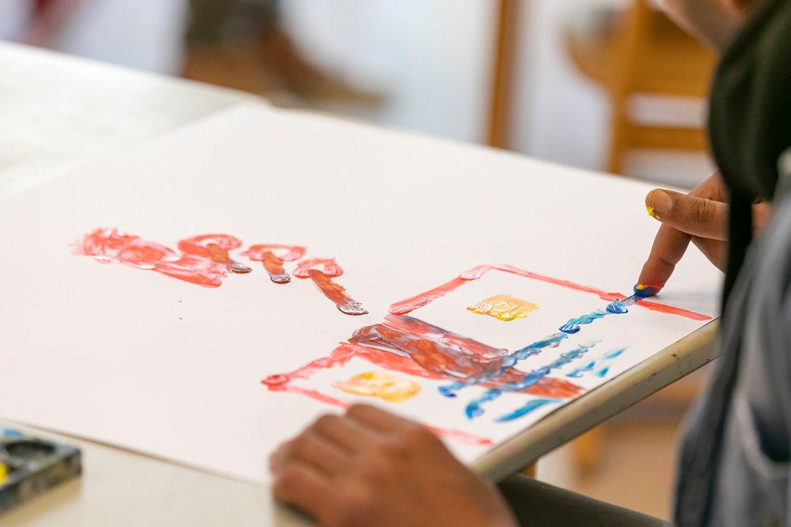 Mostapha dessine à la peinture aux doigts pendant l'atelier de médiation artistique. « En dessinant, j'ai ressenti l'air, l'eau, la terre et la lumière », témoigne Mostapha.  Michel dessine un personnage qui va bientôt prendre forme.  L'ergothérapeute Margaux Lerivray et la stagiaire en art-thérapie Sylvie Pirot préparent les palettes pour les participants à l'atelier.  Au musée, les participants observent le tableau. Ensuite, à la demande de Delphine Eristov, chacun exprime ce qu'il y voit, à tour de rôle. L'ergothérapeute Margaux Lerivray échange avec Michel. « Ici, on voit les patients autrement que dans les services de l'hôpital ».  Delphine Eristov donne un pastel à Michel, qui voudrait peaufiner son dessin et y ajouter un détail.  Les œuvres de Michel et Mostapha pourraient être sélectionnées pour l'exposition annuelle « Premiers pas », qui donne à voir au grand public la production des ateliers.  « On laisse comme ça », répond Michel à Delphine Eristov. Il vient de finir son portrait d'une gitane, « un personnage à la longue chevelure et aux yeux noirs ».  Delphine Eristov donne quelques consignes à Mostapha, en l'encourageant à couvrir toute la feuille de sa peinture.  La stagiaire en art-thérapie Sylvie Pirot discute avec Michel et Mostapha, qui ont bien progressé dans leur peinture. Tout le monde participe à l'atelier sur un pied d'égalité : les patients, l'ergothérapeute, les stagiaires…