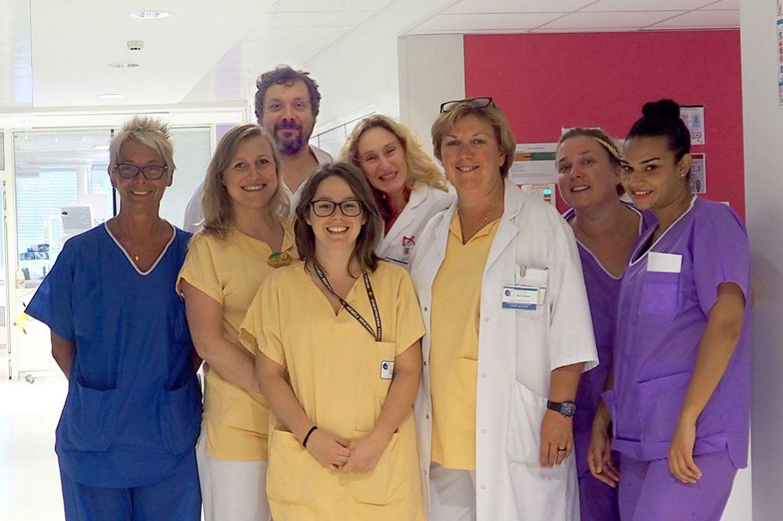Le Docteur Das, Fabienne Benetti, Cécile Cotelle et une partie de l'équipe de réanimation du CHI André Grégoire.